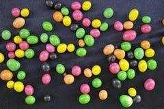 在黑背景的多彩多姿的糖衣杏仁 库存照片