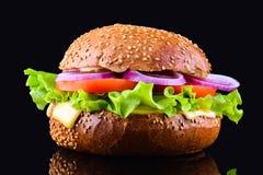 在黑背景的新鲜的鲜美汉堡 鲜美和开胃乳酪汉堡 素食汉堡 库存照片