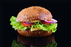 在黑背景的新鲜的鲜美汉堡 鲜美和开胃乳酪汉堡 素食汉堡 库存图片