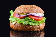 在黑背景的新鲜的鲜美汉堡 鲜美和开胃乳酪汉堡 素食汉堡 免版税库存图片