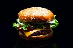 在黑背景的新鲜的鲜美汉堡 鲜美和开胃乳酪汉堡 肉汉堡 免版税库存照片