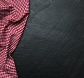 在黑背景的方格的餐巾 免版税库存照片
