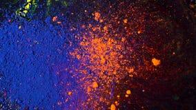 在黑背景的明亮的色的尘末爆炸,艺术概念 蓝色和橙色粉末墨水的行动,多彩多姿 库存图片