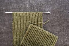 在黑背景的未完成的羊毛围巾 库存照片