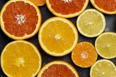 在黑背景的柑橘背景 图库摄影