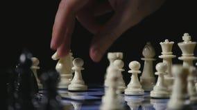 在黑背景的棋盘和棋子比赛 慢的行动 股票视频