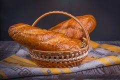 在黑背景的法国面包在篮子 免版税库存照片