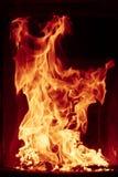 在黑背景的灼烧的火火焰,烧在壁炉的日志 图库摄影