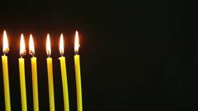 在黑背景的灼烧的蜡烛 股票录像