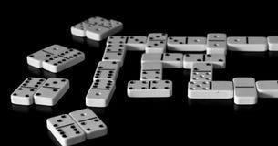 在黑背景的白色多米诺 在桌上的比赛 库存照片