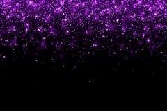在黑背景的紫色落的闪烁微粒,水平 向量 库存照片