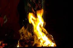 在黑背景的红火火焰 免版税库存图片