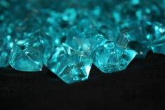 在黑背景的蓝色水晶 免版税库存照片