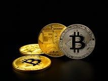 在黑背景的金黄和银色bitcoin Bitcoin cryptocurrency 库存图片