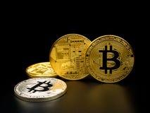 在黑背景的金黄和银色bitcoin Bitcoin cryptocurrency 库存照片