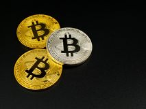 在黑背景的金黄和银色bitcoin Bitcoin cryptocurrency 图库摄影
