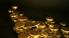 在黑背景的金黄硬币 财务事务,投资,想法的货币,财富的成功,开户概念 股票录像