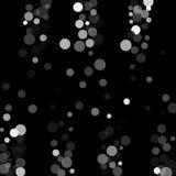 在黑背景的银色闪烁五彩纸屑 库存照片