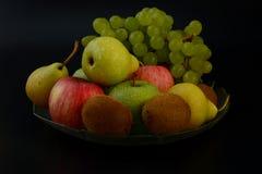 在黑背景的静物画 在黑背景的果子 免版税库存图片