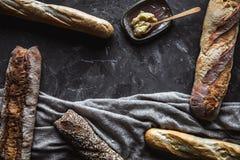在黑背景的面包 与成份的自创酥皮点心 图库摄影