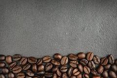 在黑背景的顶面咖啡豆 免版税库存图片