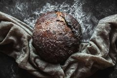 在黑背景的黑面包 烘烤自创 免版税图库摄影