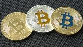 在黑背景的Bitcoins 隐藏货币 股票视频