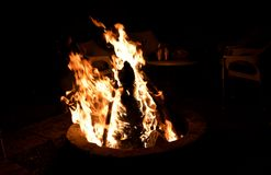 在黑背景的Bonefire热的红色木炭 免版税库存图片