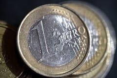 在黑背景硬币的一枚欧洲硬币 免版税库存图片
