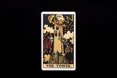 在黑背景隔绝的一张单独主要奥秘占卜用的纸牌 塔 免版税库存图片