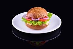 在黑背景隔绝的新鲜的鲜美汉堡 在白色板材的鲜美和开胃乳酪汉堡 素食汉堡 免版税库存照片