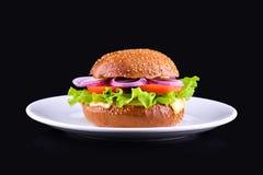 在黑背景隔绝的新鲜的鲜美汉堡 在白色板材的鲜美和开胃乳酪汉堡 素食汉堡 库存图片