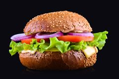 在黑背景隔绝的新鲜的鲜美汉堡 鲜美和开胃乳酪汉堡 素食汉堡 免版税图库摄影