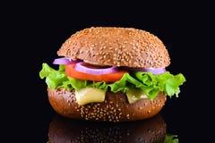 在黑背景隔绝的新鲜的鲜美汉堡 鲜美和开胃乳酪汉堡 素食汉堡 免版税库存照片