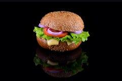 在黑背景隔绝的新鲜的鲜美汉堡 鲜美和开胃乳酪汉堡 素食汉堡 图库摄影