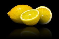 在黑背景隔绝的柠檬 库存图片