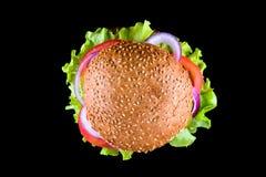 在黑背景隔绝的汉堡 新鲜的鲜美和开胃乳酪汉堡 素食汉堡顶视图 免版税库存照片