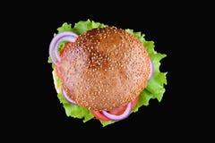 在黑背景隔绝的汉堡 新鲜的鲜美和开胃乳酪汉堡 素食汉堡顶视图 库存图片