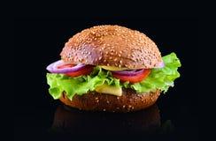 在黑背景隔绝的汉堡 新鲜的鲜美和开胃乳酪汉堡 素食汉堡 免版税图库摄影