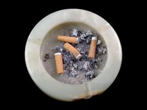 在黑背景隔绝的烟灰缸 库存图片