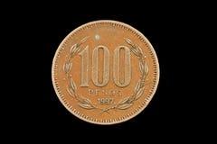 在黑背景隔绝的老智利人100比索硬币 库存图片