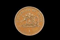 在黑背景隔绝的老智利人100比索硬币 免版税图库摄影