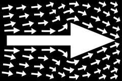 在黑背景,配合概念,企业方向的白色箭头 皇族释放例证