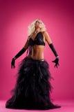 在黑色东方服装的白肤金发的妇女舞蹈 库存图片