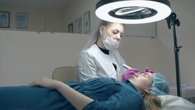 在黑色的熟练的美容师颜色眼眉与纹身花刺枪 股票视频
