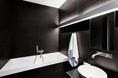 在黑色的现代简单派样式卫生间内部 免版税库存图片