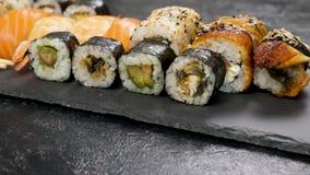 在黑色的盘子的健康,可口和传统寿司卷 股票录像