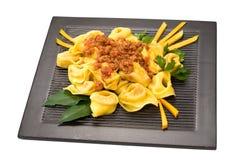 在黑色的盘子的南瓜tortelloni 免版税库存照片