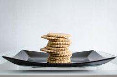 在黑色的盘子的自创曲奇饼 库存照片