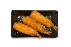 在黑色的盘子的酥脆大虾天麸罗在白色背景 库存照片